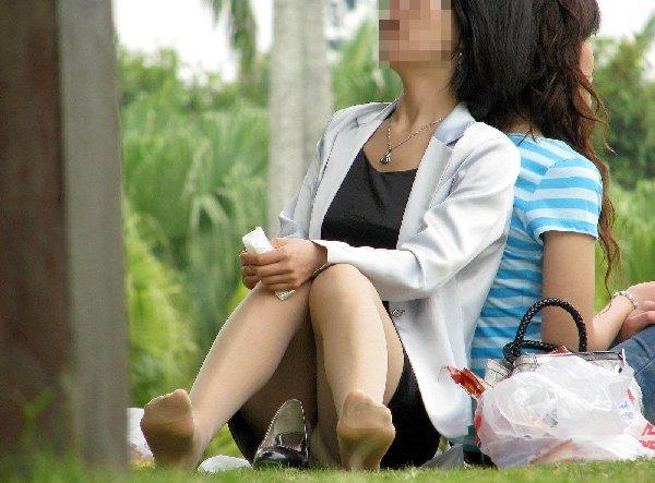 座りパンチラしてる女の子 (11)
