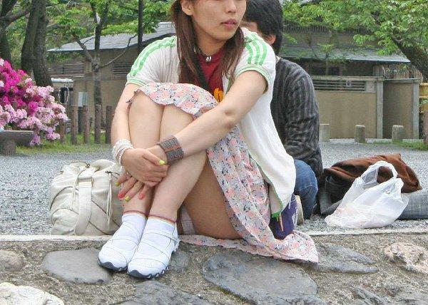 座りパンチラしてる女の子 (10)