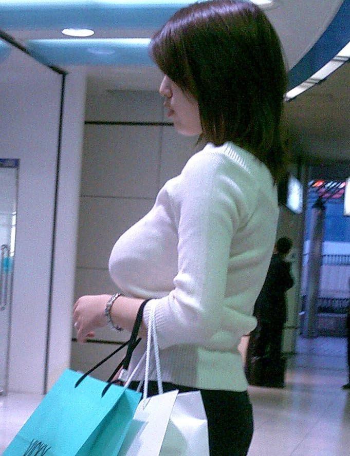 着衣だけど目立つ爆乳 (7)
