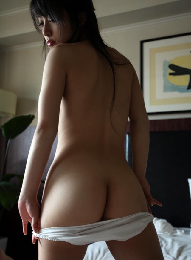 パンツ脱ぎかけで半分露出した尻 (9)