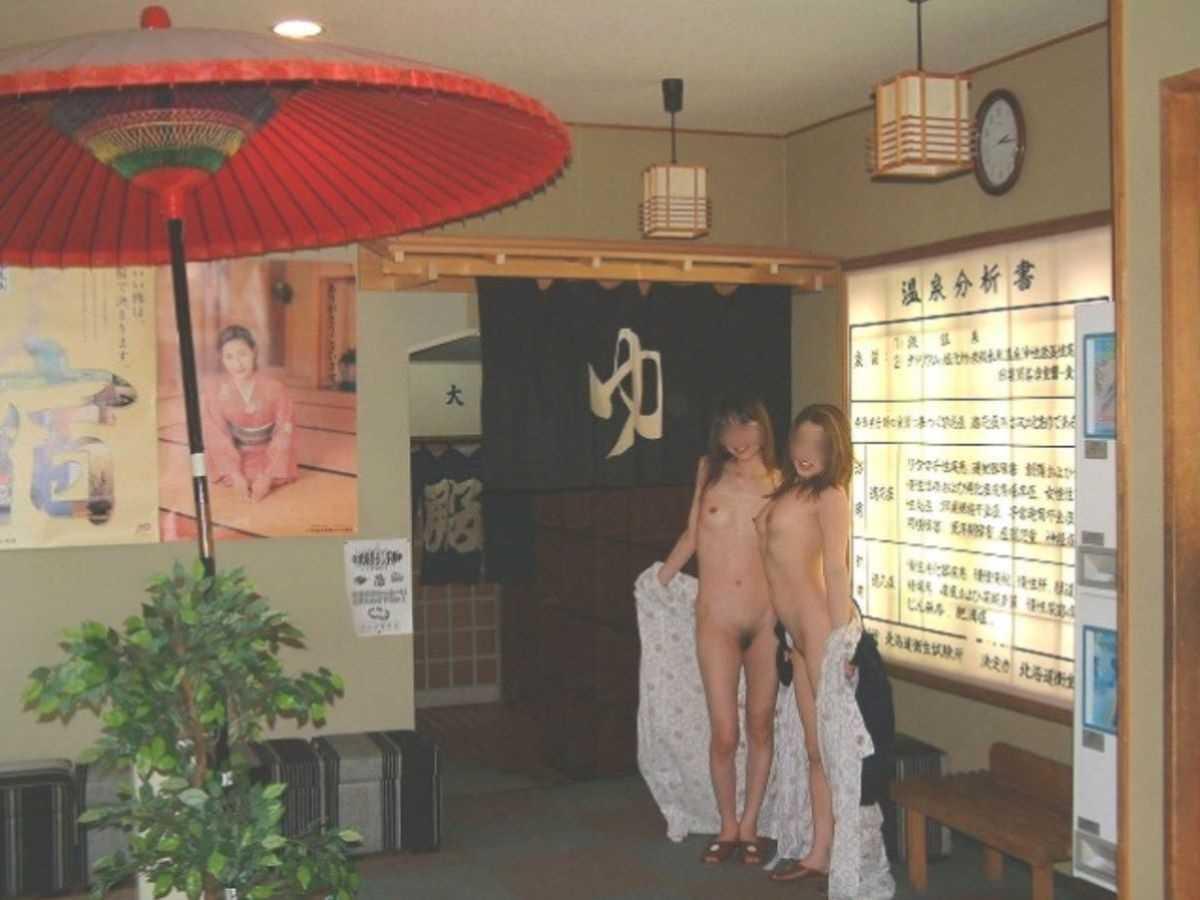 友達同士で裸のまま温泉で記念撮影 (8)