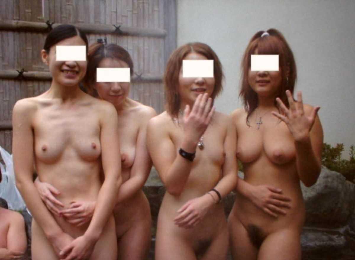 友達同士で裸のまま温泉で記念撮影 (3)