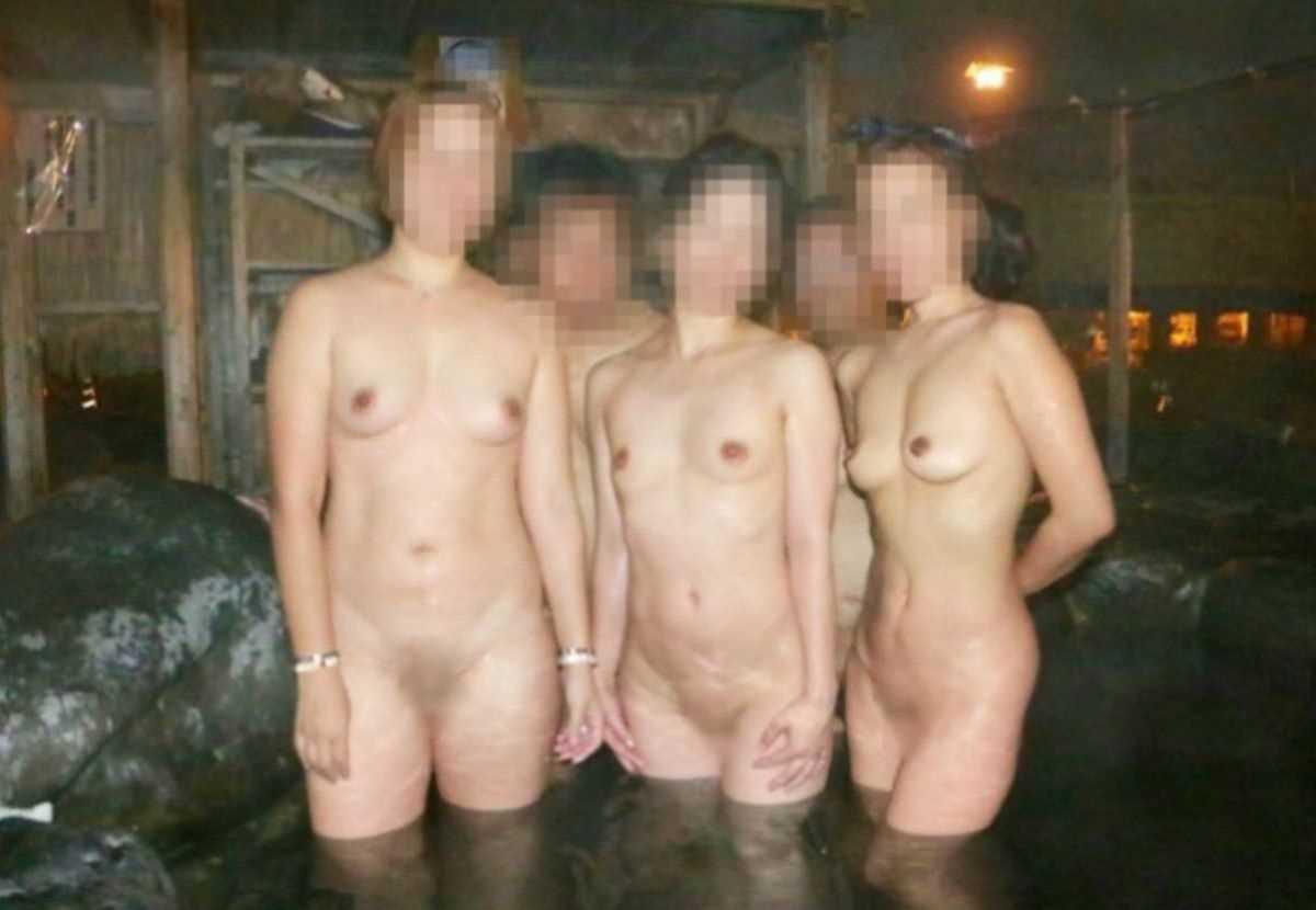 友達同士で裸のまま温泉で記念撮影 (13)