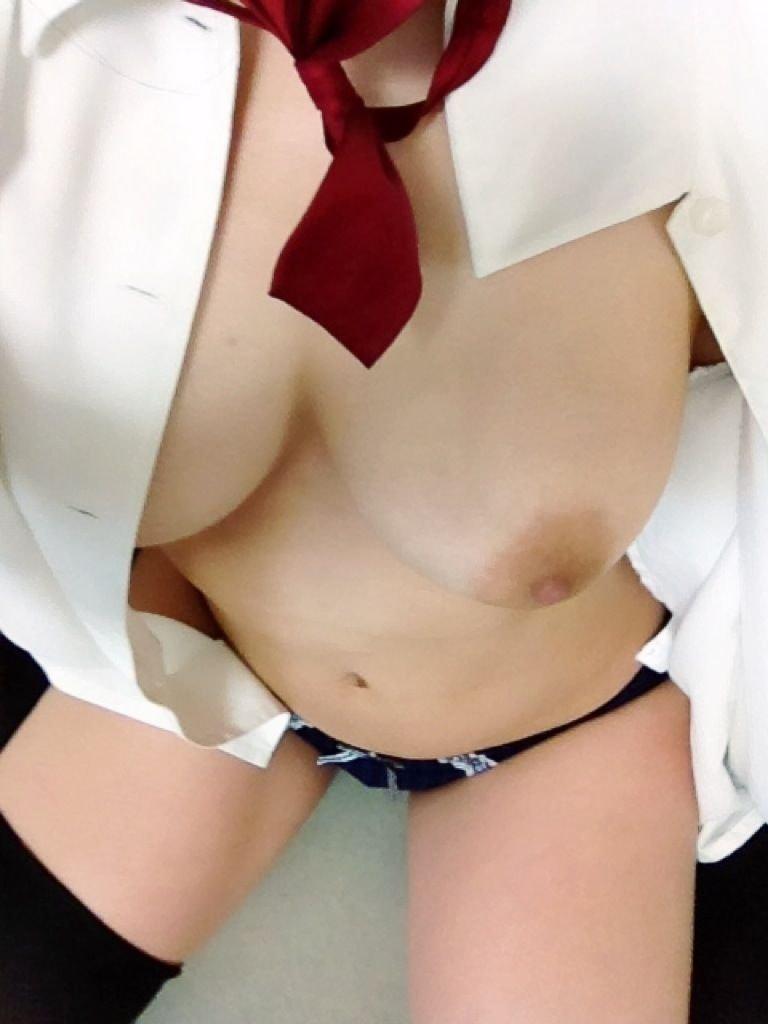 洋服から美乳を出しちゃった (11)