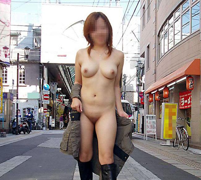 街の中でもヌードになる露出狂 (2)
