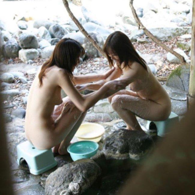 露天風呂の女湯を覗いちゃう (1)