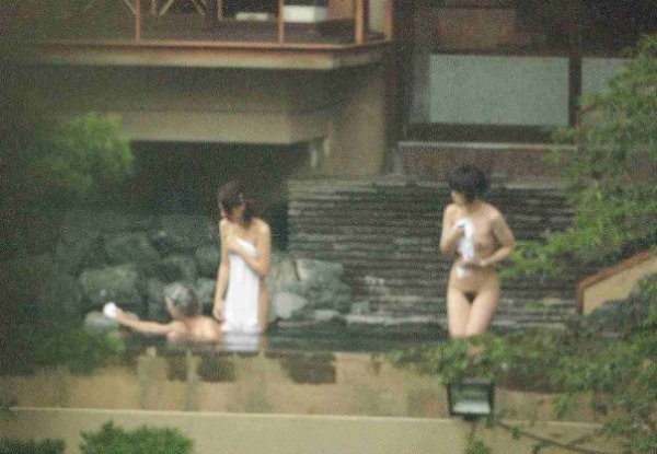 露天風呂の女湯を覗いちゃう (12)
