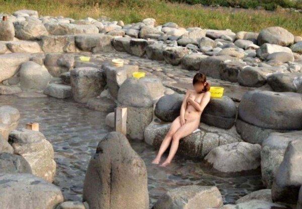 露天風呂の女湯を覗いちゃう (10)