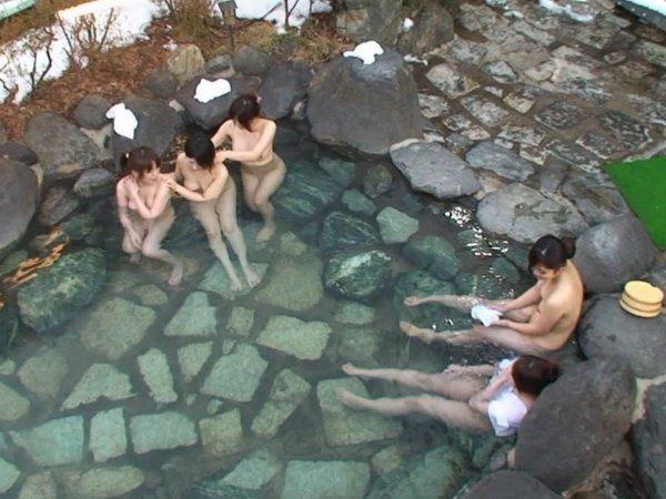 露天風呂の女湯を覗いちゃう (18)