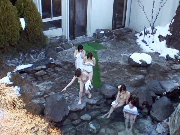 露天風呂の女湯を覗いちゃう (14)
