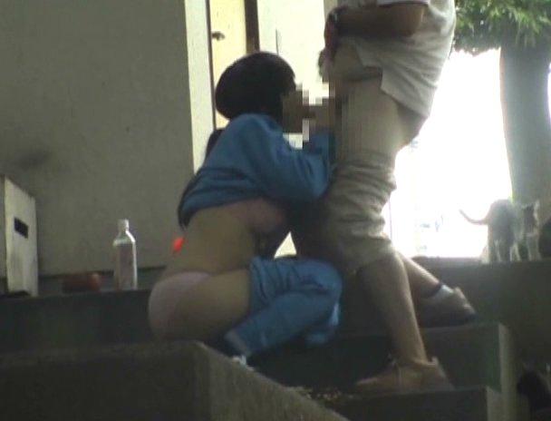 若いカップルが青姦してる (7)