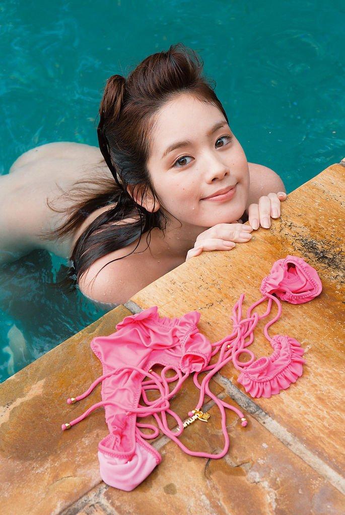 全裸の美女がプールに入ってる (19)