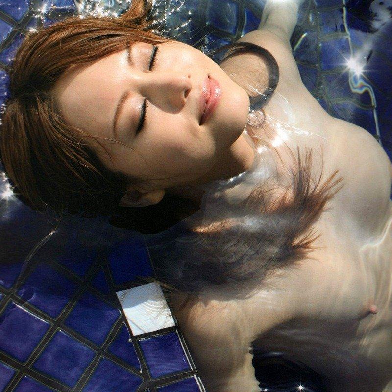 プールで水着を脱ぎ、裸になっちゃう美女たちの瑞々しいエロさ