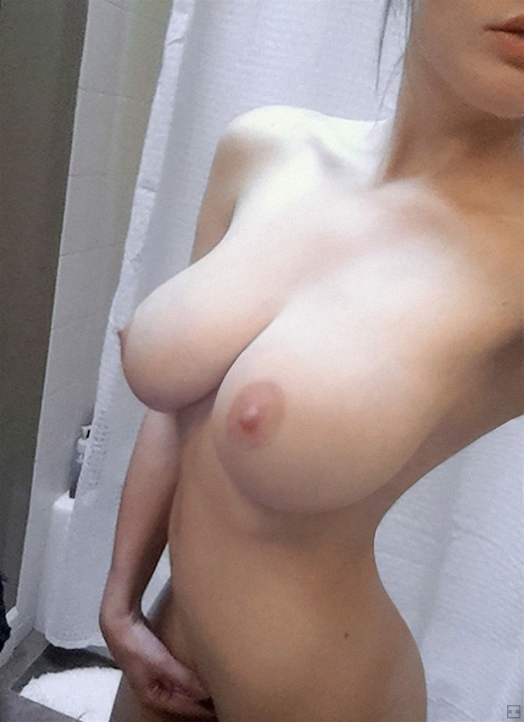 大きな巨乳を自撮りする素人さん (20)