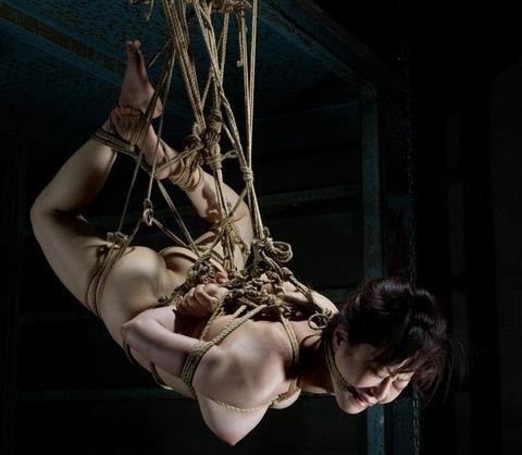 裸で緊縛して吊るし上げるSMプレイ (10)