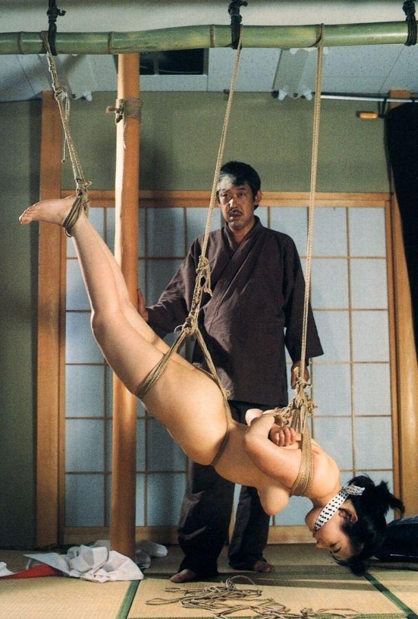 裸で緊縛して吊るし上げるSMプレイ (13)