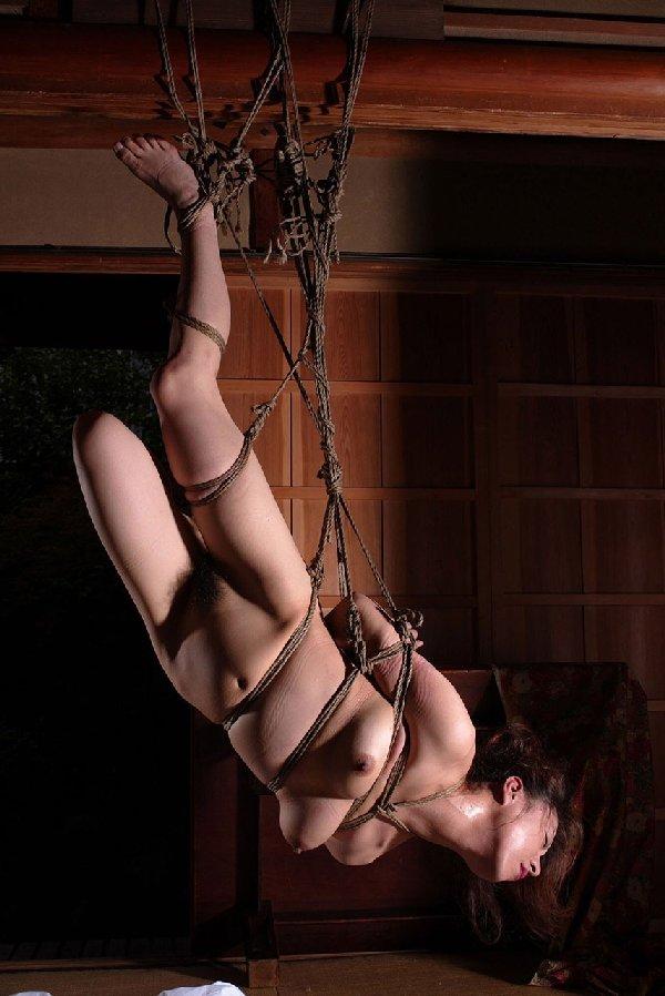 裸で緊縛して吊るし上げるSMプレイ (9)
