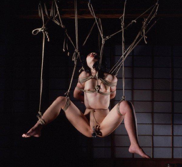 裸で緊縛して吊るし上げるSMプレイ (14)