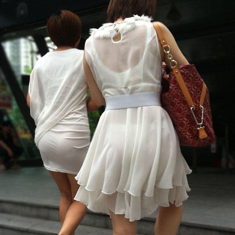 スカートやズボンからパンツが透けてる (1)