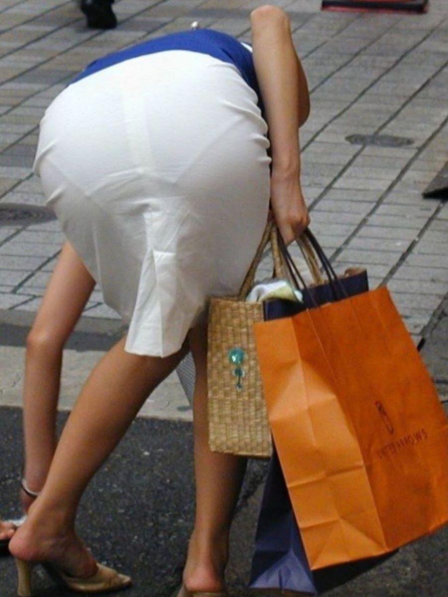 スカートやズボンからパンツが透けてる (2)