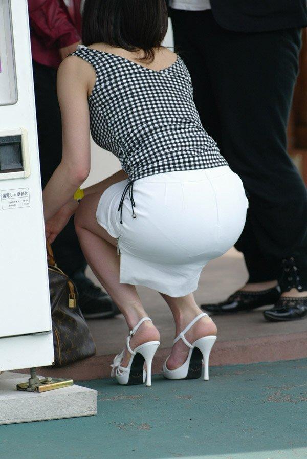 スカートやズボンからパンツが透けてる (14)