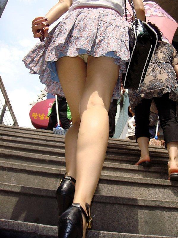 階段でパンチラしちゃうハプニング (19)