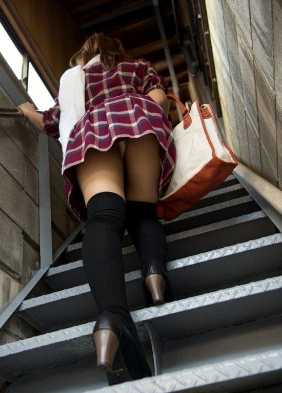 階段でパンチラしちゃうハプニング (13)