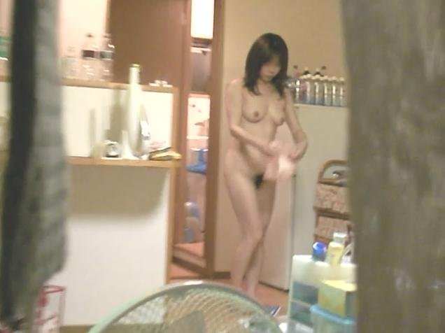 自宅の風呂に入る全裸女性 (19)