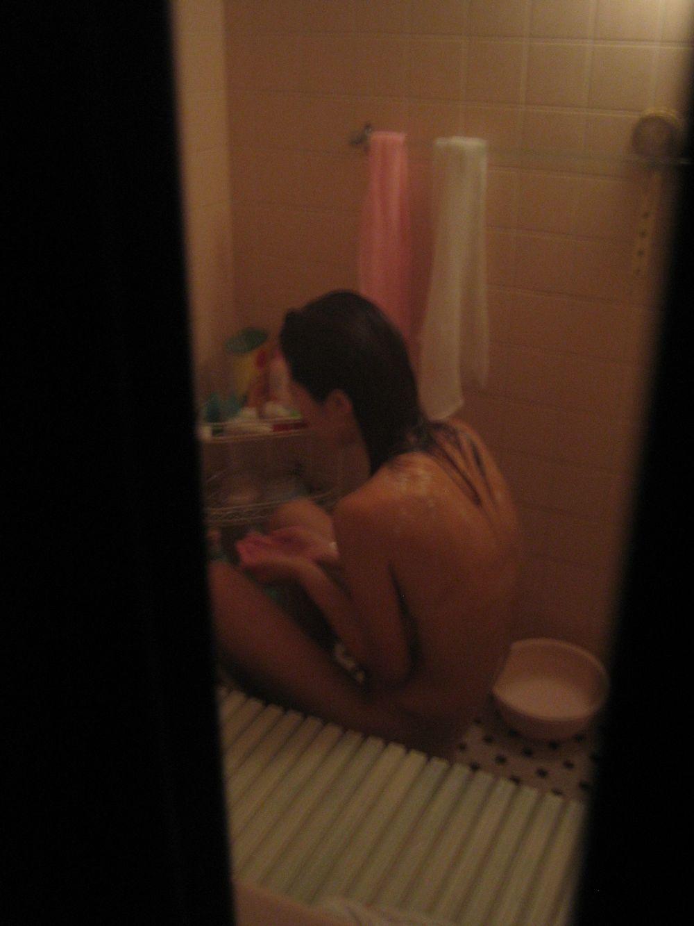 自宅の風呂に入る全裸女性 (12)