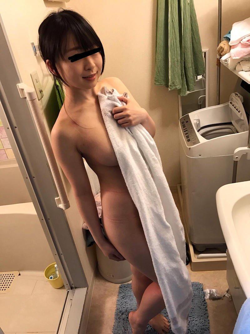 バスタオルだけ持ったヌードの素人女性 (18)