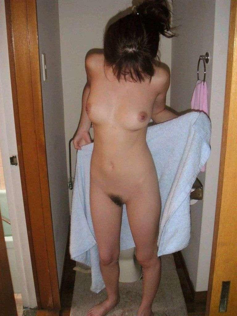 バスタオルだけ持ったヌードの素人女性 (19)