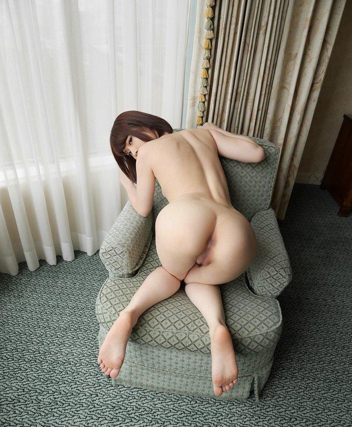 お尻をパンツから出して見せつける女性 (18)
