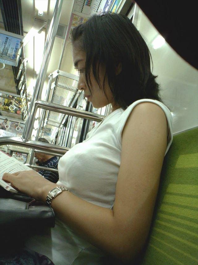 電車で見つけた着衣巨乳女性 (8)
