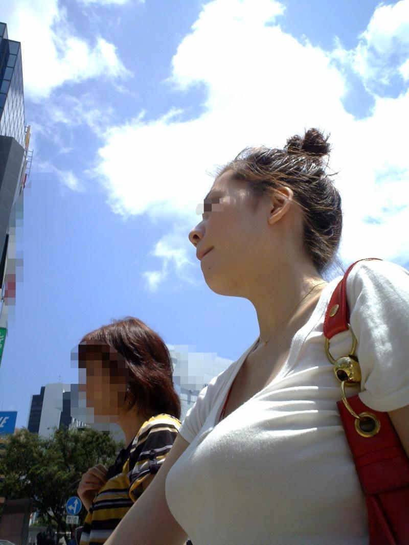 街でも目立つ着衣巨乳 (7)