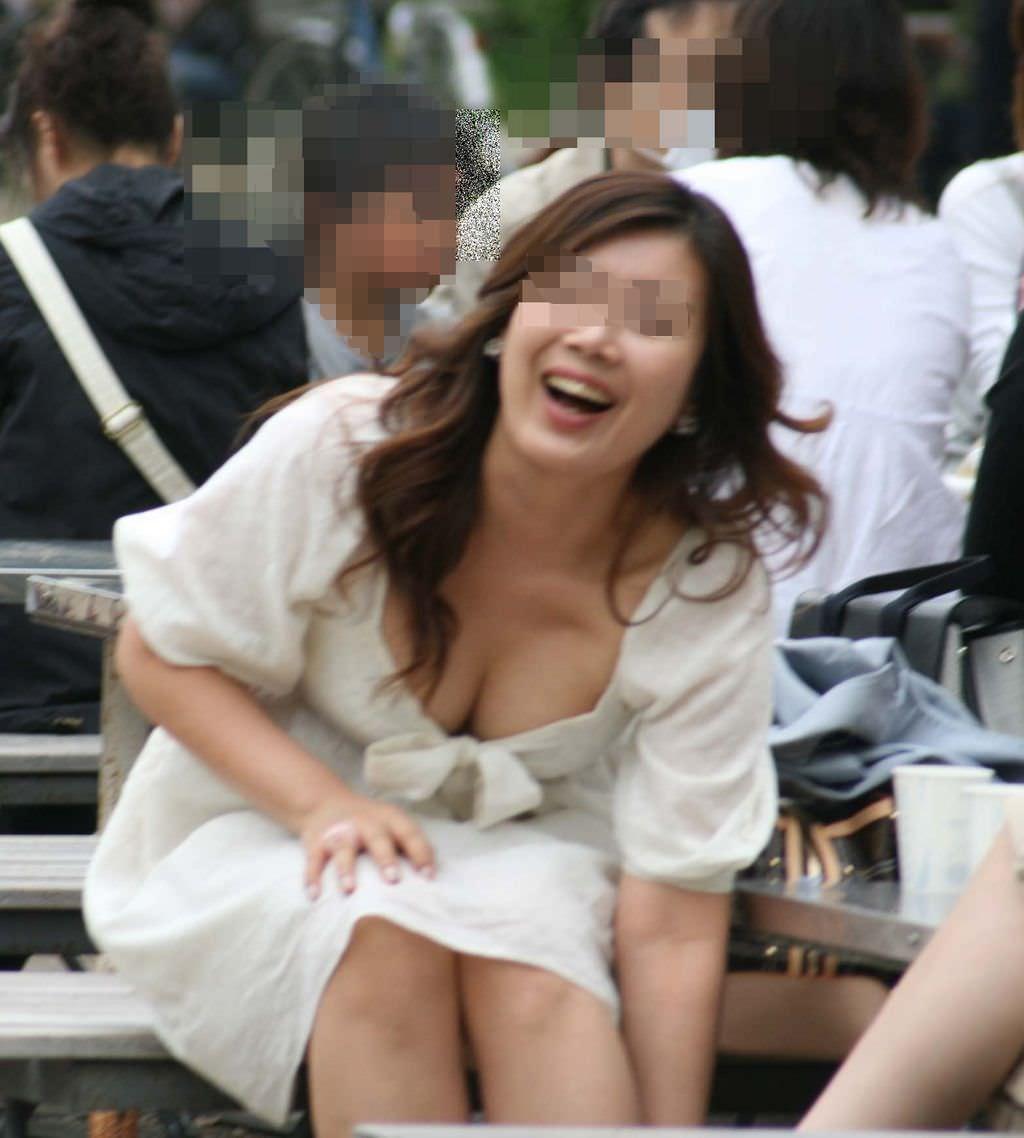 巨乳がチラ見えしてる素人さん (3)