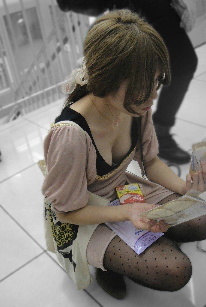 おっぱい見えまくりの胸チラ (13)