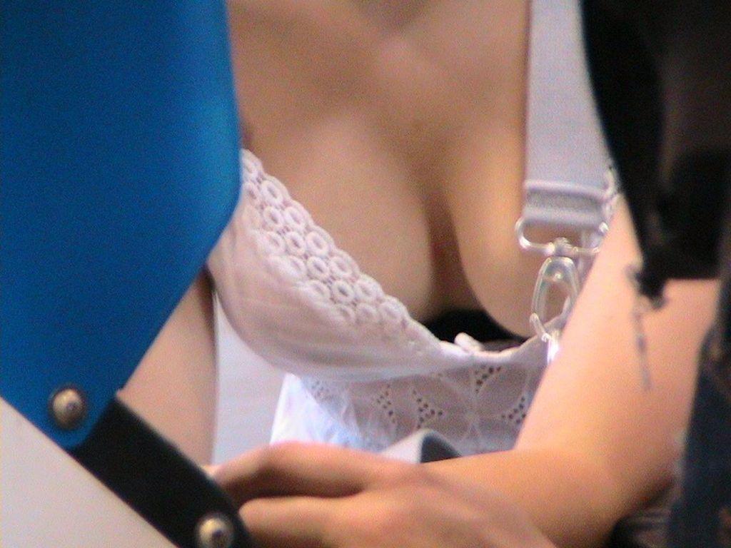 おっぱい見えまくりの胸チラ (2)