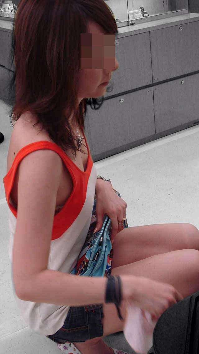 おっぱい見えまくりの胸チラ (12)
