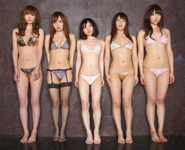下着姿の女性が集まる画像 (14)
