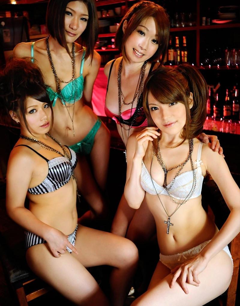 下着姿の女性が集まる画像 (7)