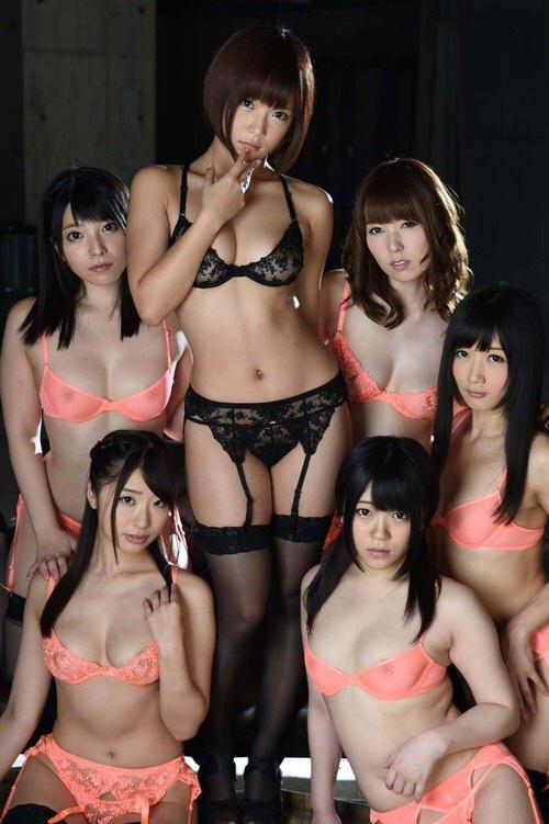 下着姿の女性が集まる画像 (3)