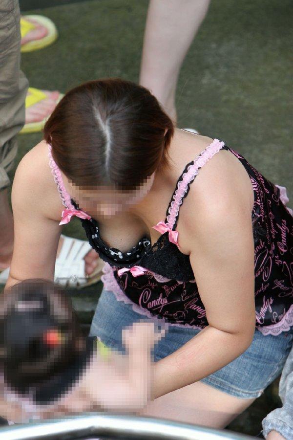 若いママの母乳で膨らんだ巨乳 (4)