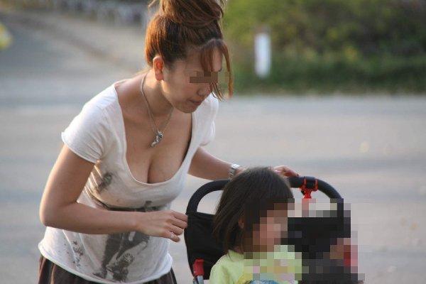 若いママの母乳で膨らんだ巨乳 (13)