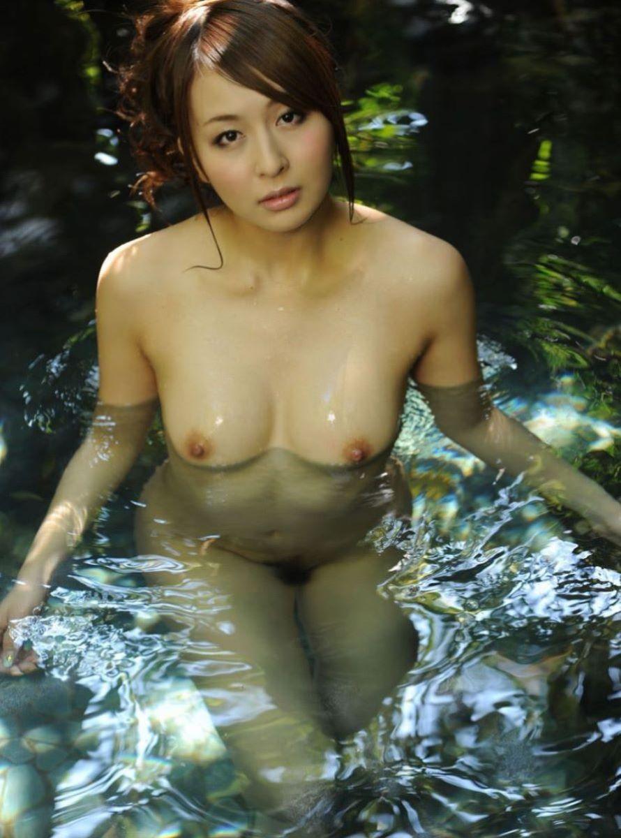 温泉に入る全裸の美女 (2)