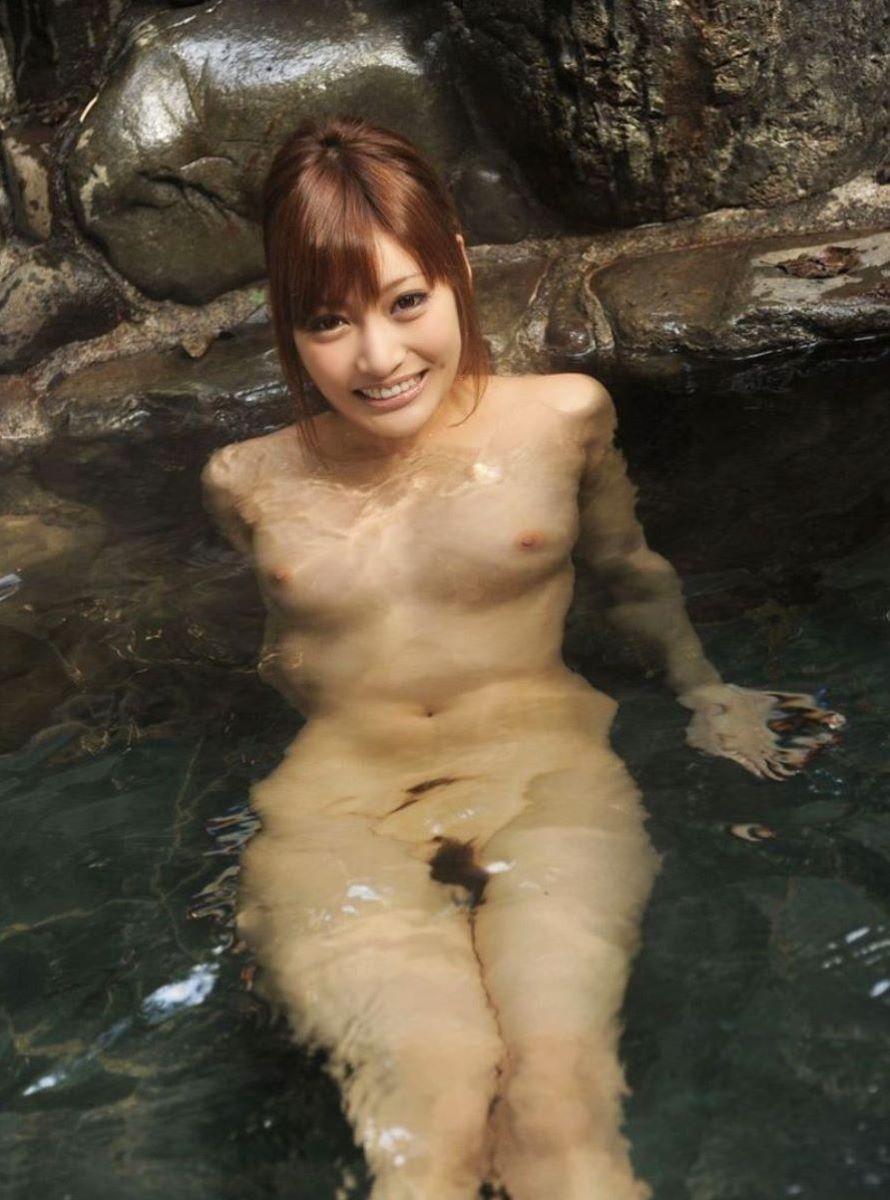 温泉に入る全裸の美女 (14)
