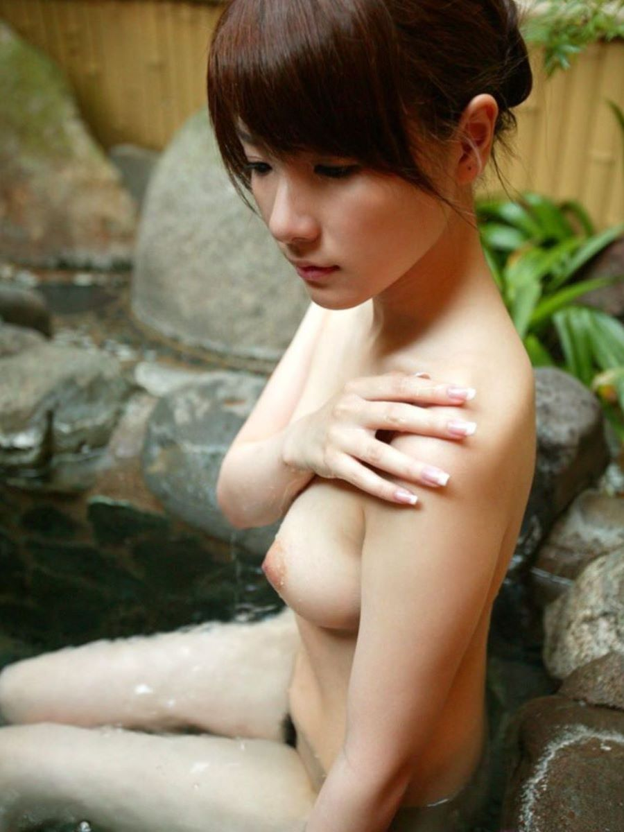 温泉に入る全裸の美女 (15)