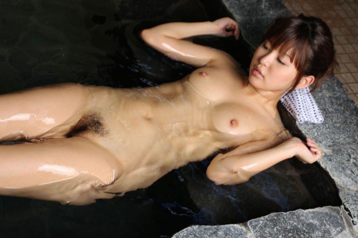 温泉に入る全裸の美女 (20)