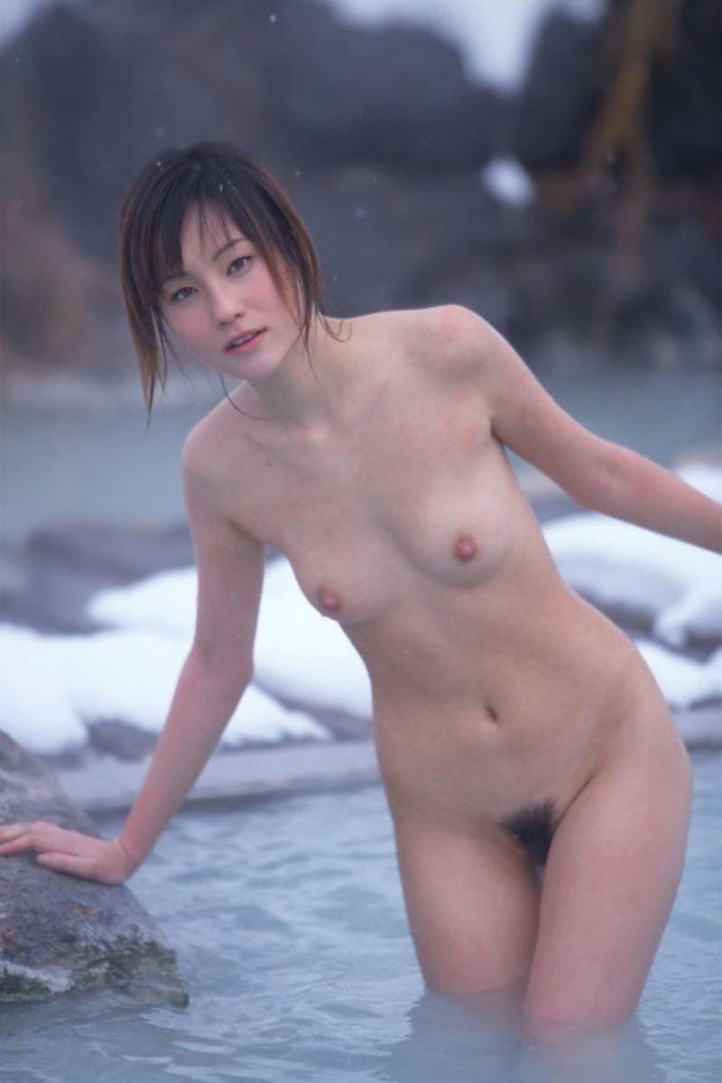 温泉に入る全裸の美女 (8)