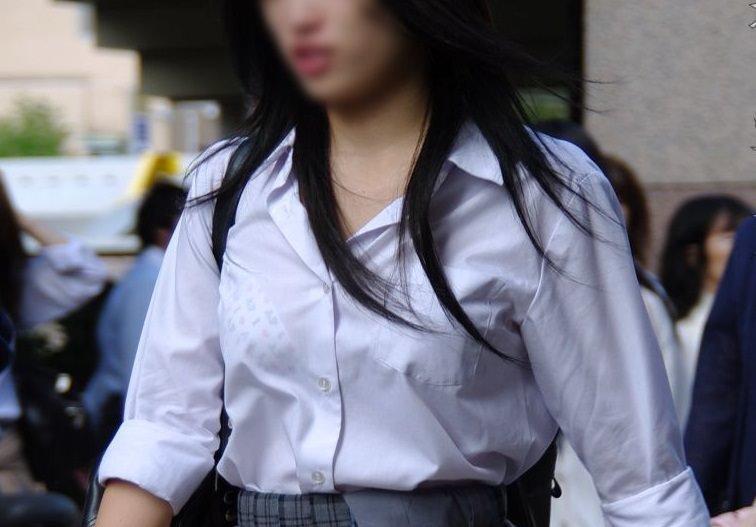 透けブラしてる女性を正面から見る (2)