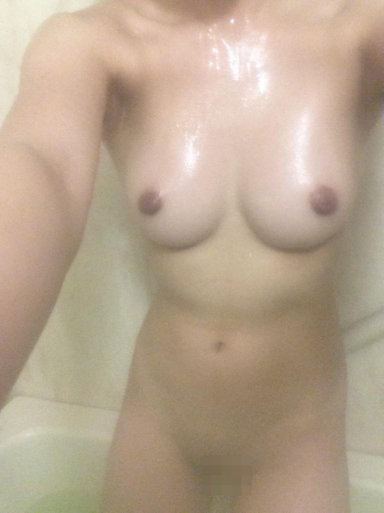 風呂場でヌード自撮りをする女性 (17)
